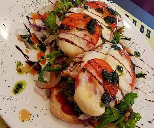 """Mittags-Special: """"Open Turkey Sandwich Caprese"""" 17. - 21.6.19 von 12-15 Uhr"""